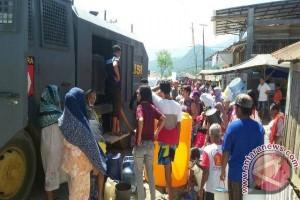 Rantis Water Canon Polri bagi-bagi air di Tolitoli