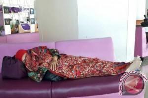 Mensos Khofifah tidur di Bandara Juanda jadi viral medsos