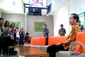 Presiden Jokowi sambangi ruang wartawan Istana Kepresidenan