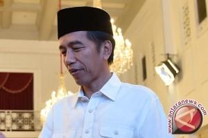 Presiden cicipi olahan ikan di halaman Istana