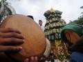 Sejumlah umat muslim memainkan rebana ketika iring-iringan dalam tradisi lebaran Mandura di Palu, Sulawesi Tengah, Sabtu (1/7). Tradisi Lebaran Mandura ini diyakini telah ada sejak abad ke-18 ketika penyebaran agama islam di daerah tersebut dan tradisi ini biasanya dilakanakan setelah menjalani enam hari puasa Syawal. Mandura juga makanan khas lebaran yang terbuat dari beras ketan tiga warna, yaitu hitam, merah dan putih. (Foto: Antarasulteng.com/Fiqman Sunandar/17)