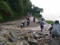 Kondisi jalur trans Sulawesi di Desa Palasa, Kabupaten Parigi Moutong, Sulawesi Tengah yang tertimbun longsor pada Sabtu (15/7) subuh. (Foto: WayaWidana)
