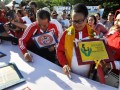 Menteri Pemberdayaan Perempuan dan Perlindungan Anak (PPPA) Yohana Yambise (tengah) didampingi Gubernur Sulteng Longki Djanggola (kiri) dan Kepala DP3A Sitti Norma Mardjanu (kanan) membubuhkan tanda tangan kampanye anti kekerasan terhadap anak dalam puncak peringatan Hari Anak Nasional di Palu, Minggu (30/7). Dalam peringatan itu, pemerintah mengajak masyarakat untuk bersama-sama memerangi kekerasan terhadap anak dan perempuan. (ANTARASulteng/Mohamad Hamzah)