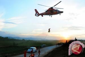 Tiga korban meninggal heli Basarnas dievakuasi