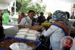 Warga Serbu Pasar Murah Di Kantor Kejati Sulteng