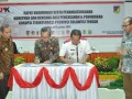 Wakil Ketua KPK Bidang Pencegahan Alexander Marwata (kiri) dan Gubernur Sulawesi Tengah Longki Djanggola menandatangani komitmen dan rencana aksi pencegahan dan penindakan korupsi terintegrasi  di Kantor Gubernur, Kamis (3/8). Penandatanganan itu juga dilakukan bersama Kejaksaan Tinggi Sulawesi Tengah dan Kapolda Sulawesi Tengah berlangsung.(FOTO:Humasprov)