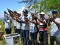 Sejumlah pejabat dan tokoh masyarakat di Kabupaten Banggai, Sulawesi Tengah, melepasliarkan 17 ekor burung maleo (macrocephalon maleo) ke habitat aslinya di kawasan Suaka Margasatwa (SM) Bangkiriang, Kecamatan Moilong, Kabupaten Banggai, Minggu (6/8). Burung maleo berusia rata-rata tiga bulan yang dilepasliarkan itu adalah hasil penetasan dengan teknologi inkubator di luar habitat aslinya (eksitu) oleh PT. Donggi Senoro LNG. (FOTO:Antara/Rolex Malaha)