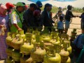 Warga Kota Palu antre menukar tabung gas elpiji 3 kilogram di lokasi pasar murah di Kelurahan Petobo yang diselenggarakan pemerintah daerah Provinsi Sukaeesi Tengah, Selasa (22/8).(Foto: Antarasulteng/Moh Ridwan)