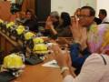 Anggota DPRD Kota Palu memberikan apresiasi sambil bertempuk tangan saat pembacaan pandangan  Fraksi Golkar atas hasil kerja Pansus Raperda Perubahan APBD Kota Palu tahun anggaran 2017 di ruang sidang utama DPRD, Kamis (30/8). (Foto: Antarasulteng/Moh Ridwan