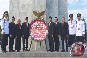 BI Sulteng Tabur Bunga di Makam Pahlawan Palu