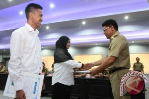 Sekprov Serahkan SK CPNS Guru Garis Depan