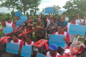 Gubernur Sulteng Serahkan Alsintan Kepada Kelompok Tani
