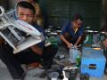 Petugas melakukan tera ulang sejumlah alat ukur timbangan milik para pedagang di Pasar Masomba Palu, Sulawesi Tengah, Selasa (10/10). Peneraan alat ukur yang dilakukan secara periodik itu dimaksudkan untuk memberi kepastian kepada konsumen tentang ketepatan timbangan yang digunakan pada saat bertransaksi. ANTARASULTENG/Basri Marzuki