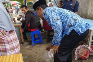 Wali Kota Pungut Sampah Pedagang Kuliner