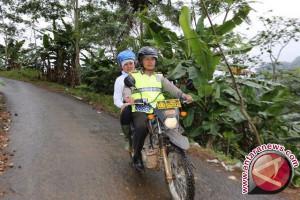 Mensos naik trail berikan santunan korban longsor Pangandaran