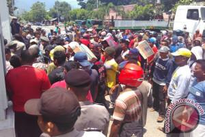 Tolak Kebijakan Walikota, Sopir Kontainer Demo Kantor DPRD Palu (Video)