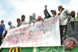 Puluhan Buruh Kembali Protes Jam Operasi Kontainer