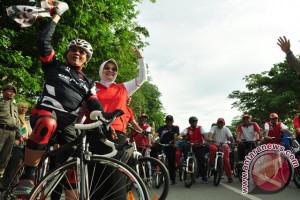 Gubernur Longki bersepeda bersama pebalap TdCC