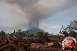 PVMBG amati dua lubang asap di Gunung Agung