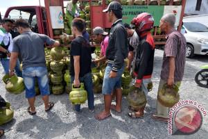Warga Kota Palu antre  elpiji subsidi di pasar murah