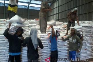Bulog Sulteng kerahkan puluhan buruh di gudang