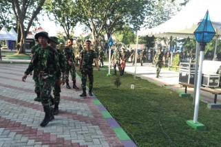 Personil TNI bersih sampah di Taman GOR Palu.