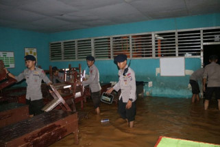 Anggota Brimob bersihkan SD yang kebanjiran di Tolitoli