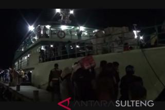 Penumpang kapal di Banggai padat