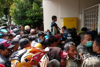 Rujab gubernur dikerumuni ratusan warga pencari 'hagala'