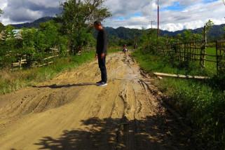 Jalan raya menuju Kecamatan Lindu rusak berat