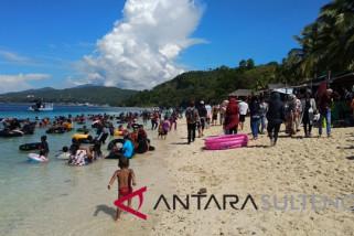 Pantai Tanjung Karang Donggala dipadati pengunjung