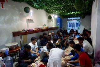 Pelajar Indonesia di Jinzhou berbagi makanan berbuka
