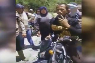 Anngota Polisi bantu warga bawa jenazah pakai motor