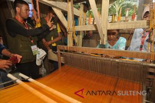Mengedukasi peserta SMN di Rumah Tenun Ikat Donggala