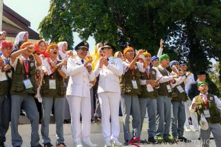 Usai upacara kemerdekaan, peserta SMN rebutan foto dengan Pasha Ungu