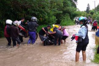 Ratusan kendaraan terjebak banjir di  Palolo