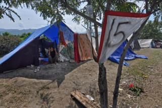 Gempa Mamasa membuat warga memilih tenda darurat