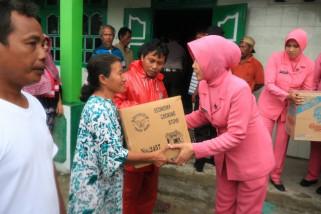 Ini dia aksi sosial Bhayangkari menolong korban bencana di Sulteng