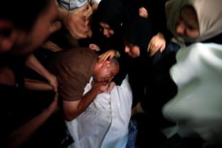 Ribuan warga yang berkabung makamkan tiga anak Palestina di Gaza