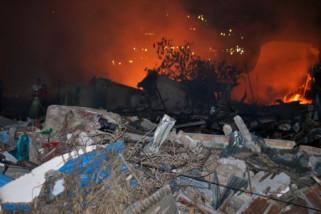 Puing-puing bangunan di Kelurahan Balaroa terbakar