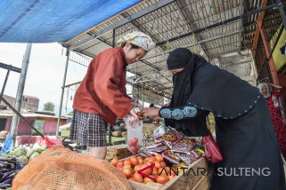 Palu`s main market has opened, guarded by TNI