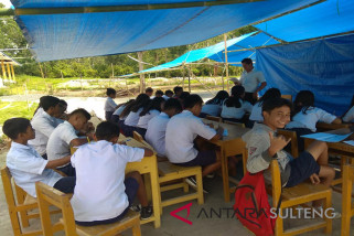 Masih banyak siswa belajar di tenda-tenda