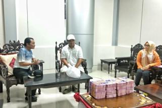 Delapan gepok uang dari Bupati Banjarnegara untuk korban bencana Sulteng