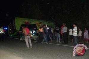Bus Terbalik Satu Penumpang Patah Tulang