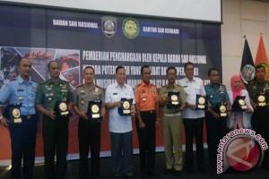 Basarnas Beri Penghargaan Tim Operasi Kecelakaan Marina