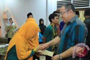 Wali Kota Kendari Bagikan Bonus Juara MTQ Sultra