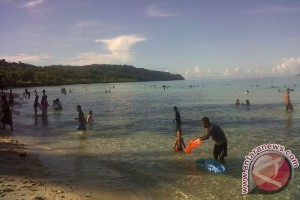Warga Padati Pantai Nirwana Baubau
