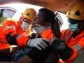 Tim rescuer Basarnas Kendari melakukan simulasi pertolongan  kepada korban tertimpa pohon akibat cuaca buruk saat didalam mobil, Kendari, Sulawesi Tenggara, Senin (27/2). Simulasi penyelamatan korban yang melibatkan sekitar belasan personil rescuer Kendari ini disaksikan beberapa potensi SAR di Kendari seperti mahasiswa dan beberapa jurnalis, untuk melatih kesigapan petugas dalam merespon keadaan darurat saat terjadi kecelakaan di darat. ANTARA FOTO/Jojon/17.