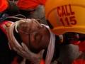 Tim rescuer Basarnas Kendari melakukan simulasi pertolongan  kepada korban tertimpa pohon akibat cuaca buruk usai dikeluarkan dari didalam mobil, Kendari, Sulawesi Tenggara, Senin (27/2). Simulasi penyelamatan korban yang melibatkan sekitar belasan personil rescuer Kendari ini disaksikan beberapa potensi SAR di Kendari seperti mahasiswa dan beberapa jurnalis, untuk melatih kesigapan petugas dalam merespon keadaan darurat saat terjadi kecelakaan di darat. ANTARA FOTO/Jojon/17.