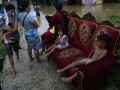 Warga yang menyelamatkan harga bendanya saat rumah mereka direndam banjir, Kendari, Sulawesi Tenggara, Selasa (28/2). Lima Kecamatan di Kendari terendam banjir saat beberapa jam diguyur hujan, drainase yang buruk dan pembangunan pertokoan tidak teratur menjadi salah satu penyebabnya. ANTARA FOTO/Jojon/17.
